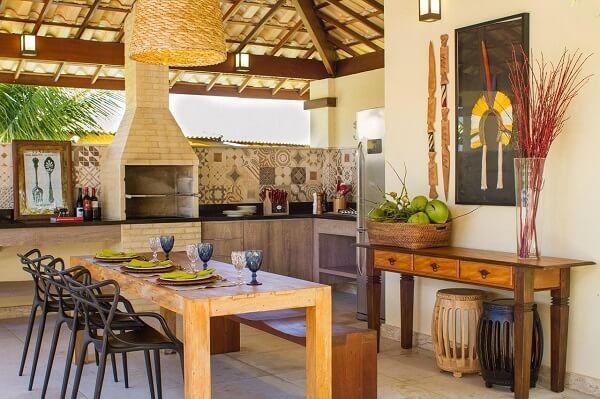 Área gourmet rústica com parede de ladrilho hidráulico
