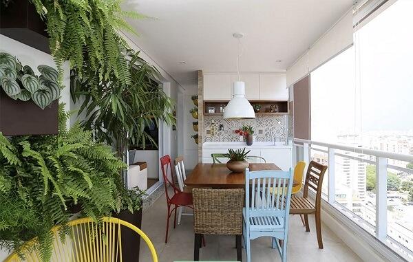 Área gourmet rústica moderna com jardim vertical