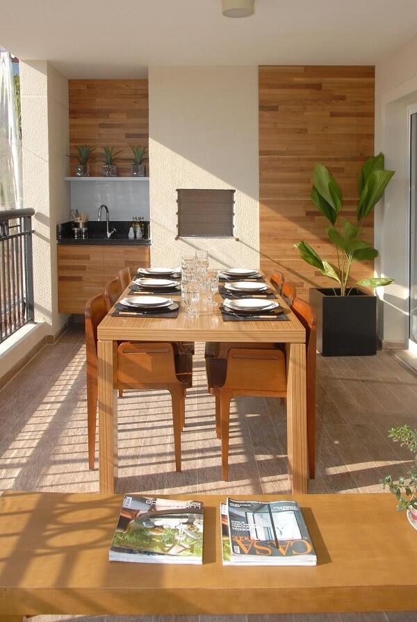 Área gourmet rústica pequena com móveis de madeira