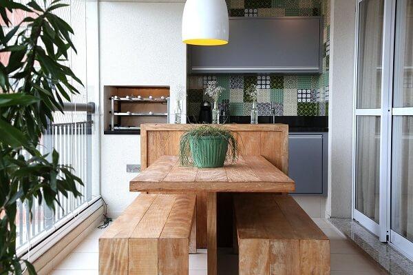 Área gourmet rústica pequena com parede de ladrilho verde