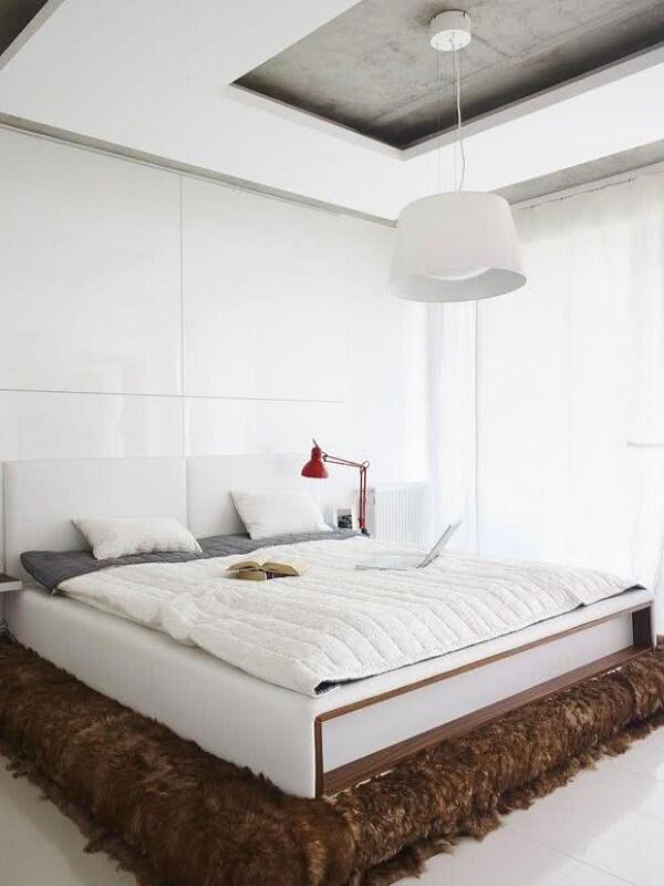 A aplicação da sanca de gesso branco em tetos com concreto promove uma excelente combinação visual