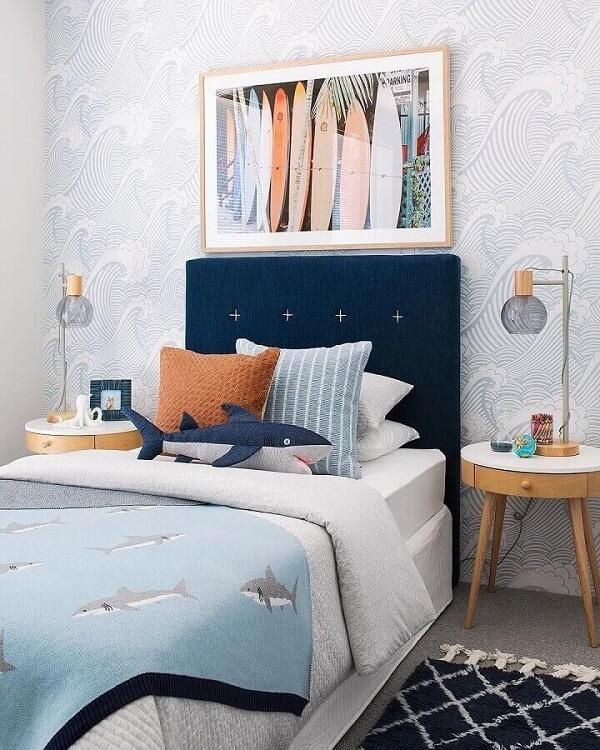 A cabeceira cama de víuva azul se destaca na decoração do quarto juvenil