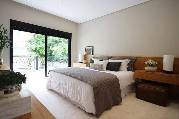 A cabeceira cama de viúva se estende pelo quarto todo e vem acompanhada de criados-mudos embutidos