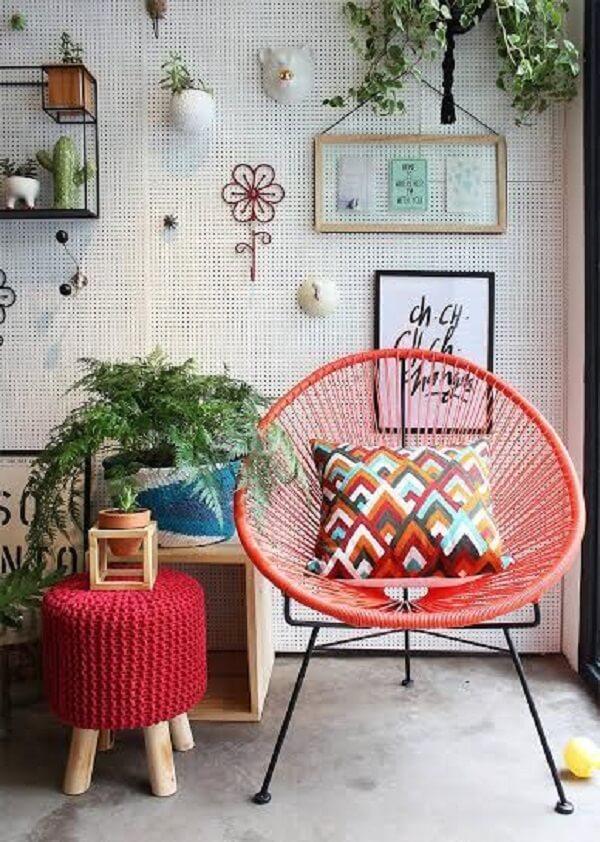 A cadeira de corda acapulco com trama colorida se destaca na decoração