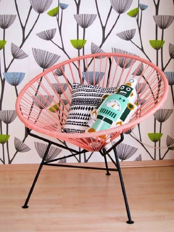 A cadeira de corda de nylon em tom rosa traz aconchego para o ambiente