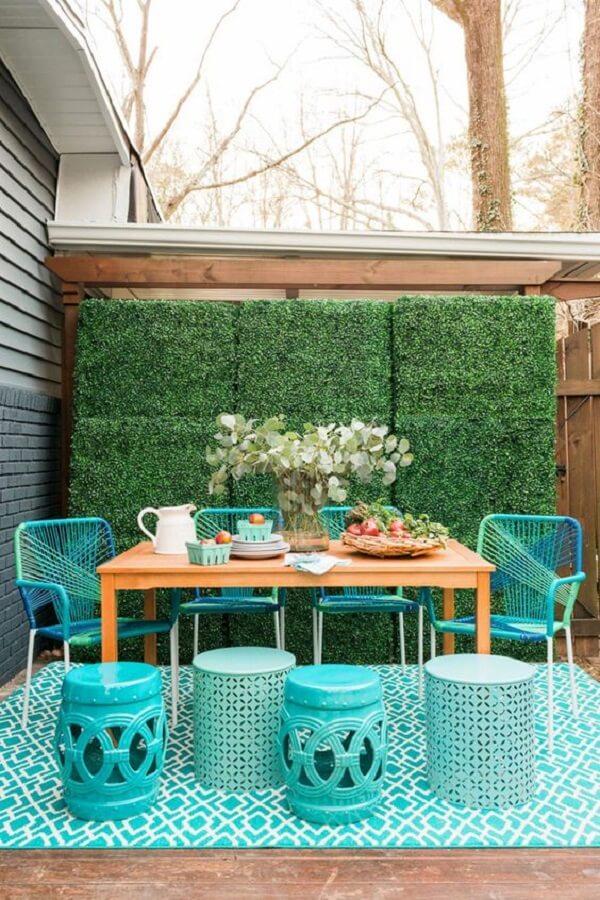 A cadeira de corda plástica e o garden seat se destaca na decoração