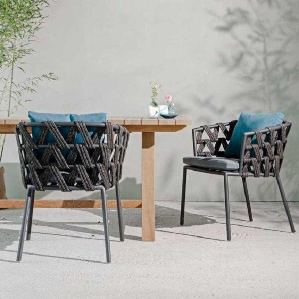 A cadeira de corda traz textura para a decoração