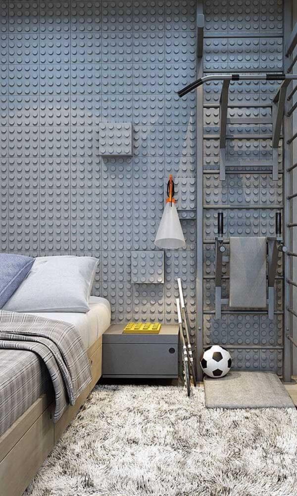 A cama de solteiro viúva se encaixa perfeitamente na decoração desse quarto com revestimento de Lego