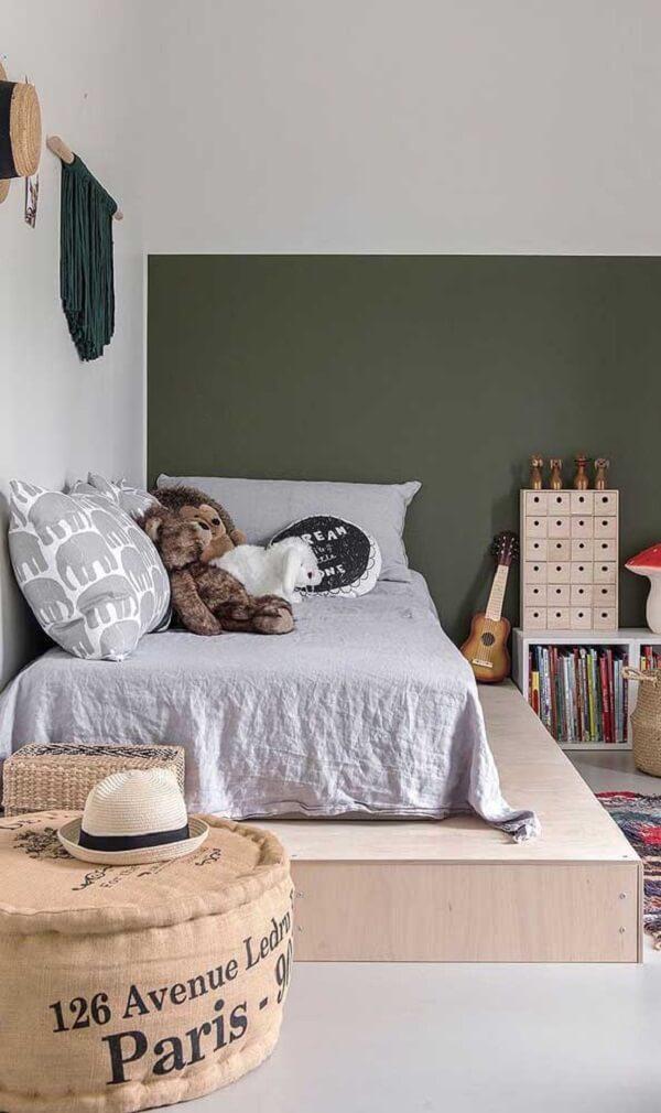 A cama de viúva para quarto de solteiro foi posicionada ao lado da parede otimizando o espaço do dormitóri