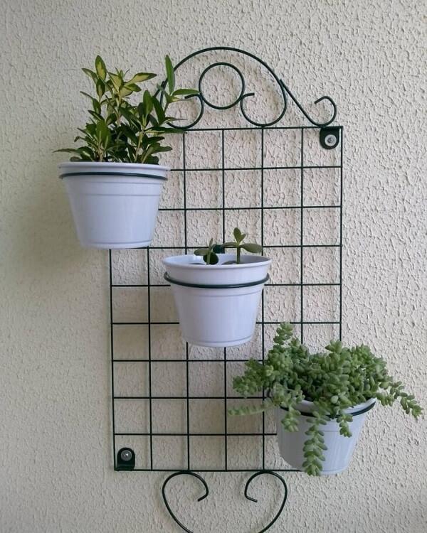 A floreira de ferro para parede acomoda 3 vasos