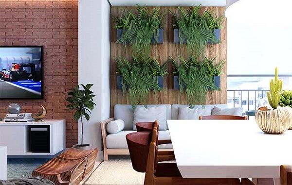 A floreira de parede de madeira traz um charme a parte para a varanda
