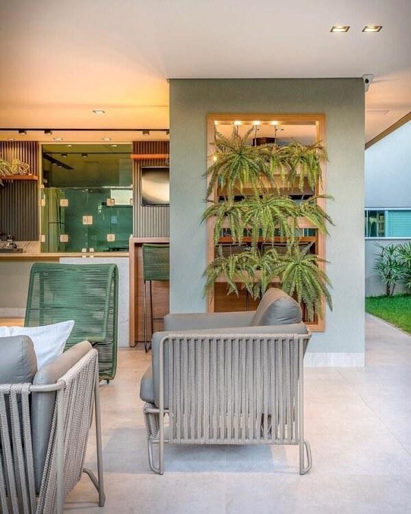A floreira de parede pode ser colocada em uma grande área gourmet