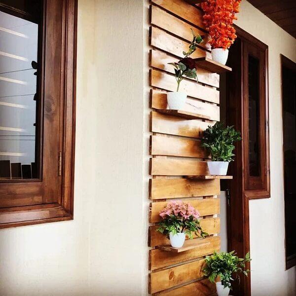A floreira de parede pode ser fixada ao lado da porta de entrada