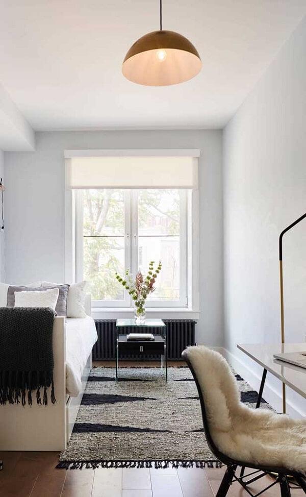 A iluminação natural valoriza a presença da cama de viúva do quarto