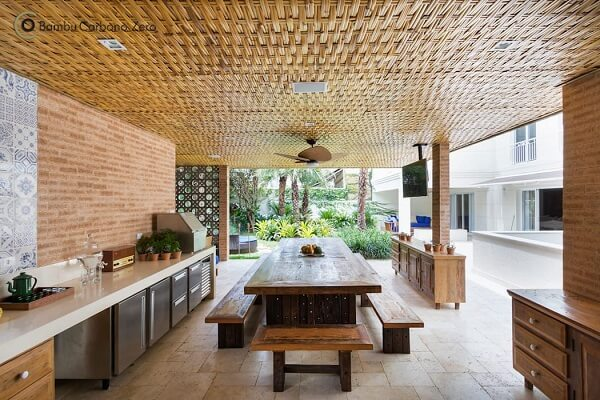 A madeira é a protagonista na área gourmet rústica