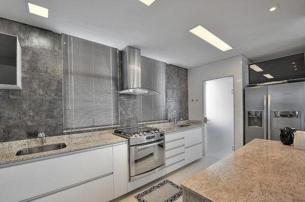 A presença desse fogão facilita a limpeza do ambiente já que o eletrodoméstico fica suspenso