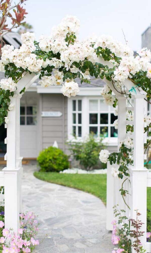 A rosa trepadeira branca é confere delicadeza ao jardim