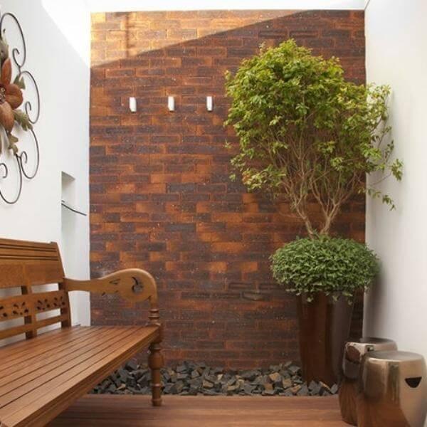 Adicione um banco de madeira no seu jardim de inverno no quarto