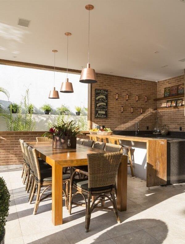 Ambiente com decoração rústica e tijolinho comum