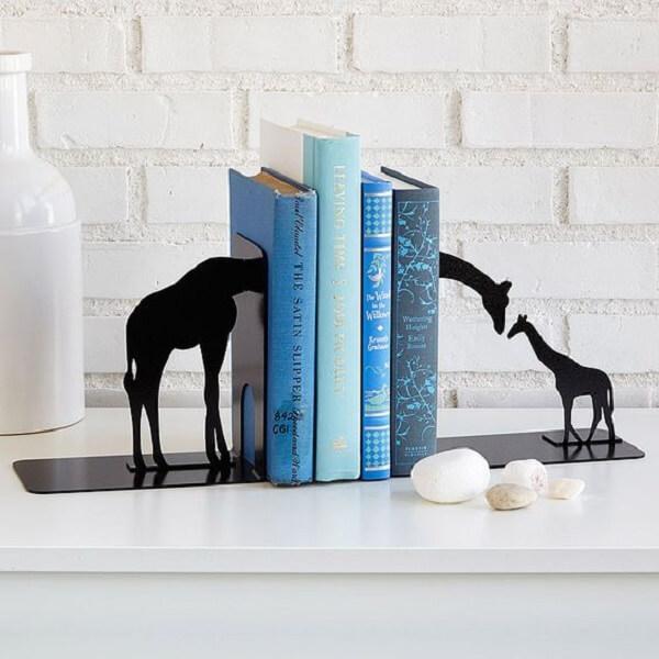 Aparador criativo para segurar os livros na estante
