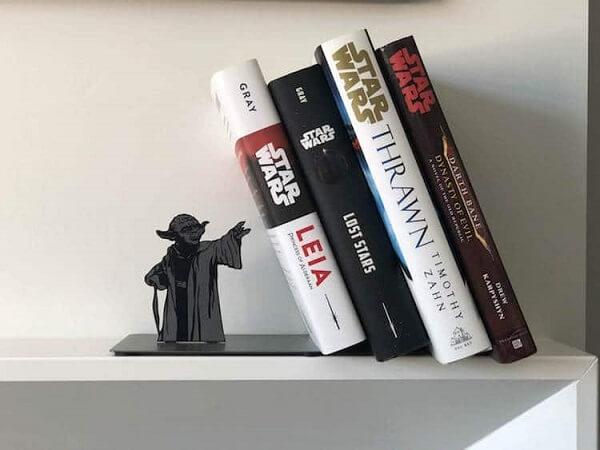 Aparador de livros geek com a imagem do Yoda