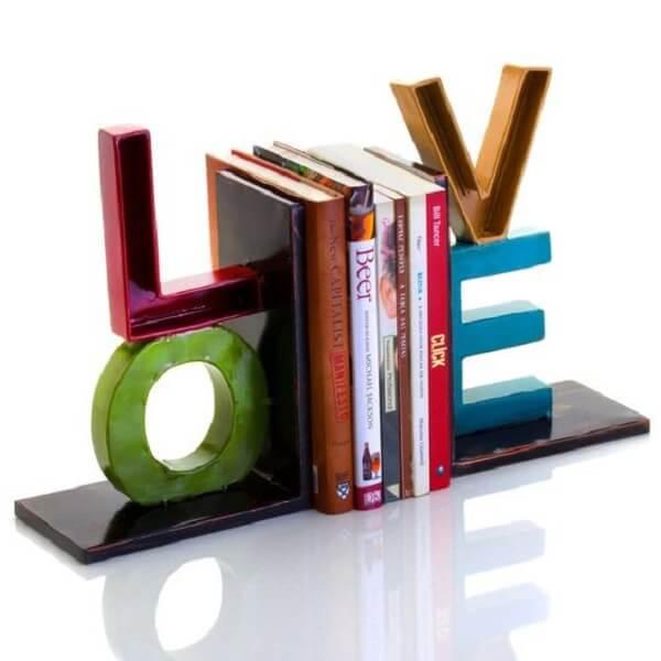 Aparador de livros colorido com a palavra LOVE