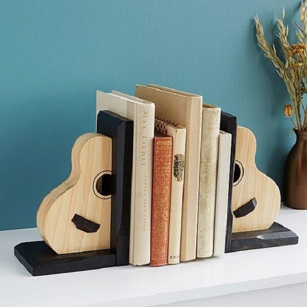 Aparador de livros com desenho de violão