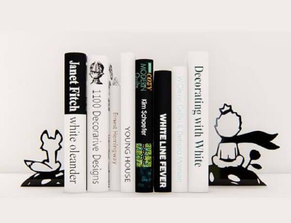 Aparador de livros criativos feito com o tema do livro Pequeno Príncipe