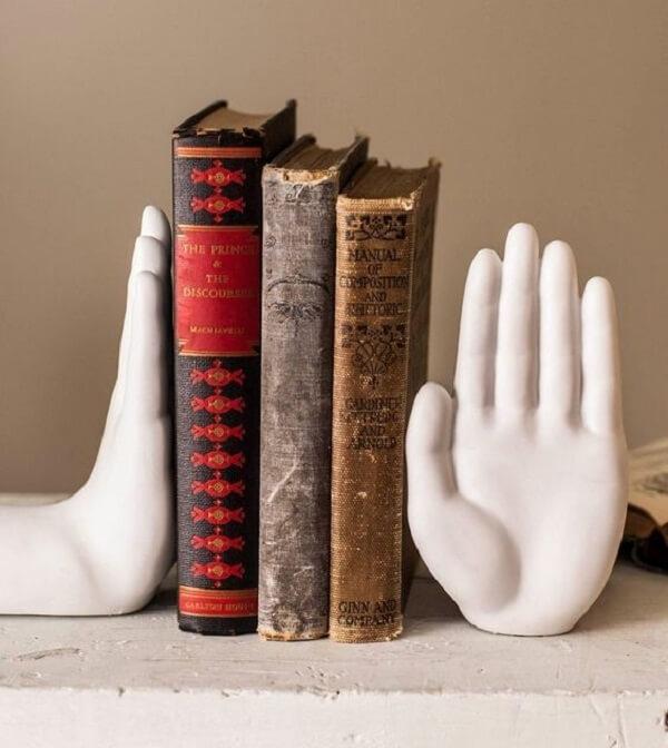 Aparador de livros criativos feitos com mão de cerâmica