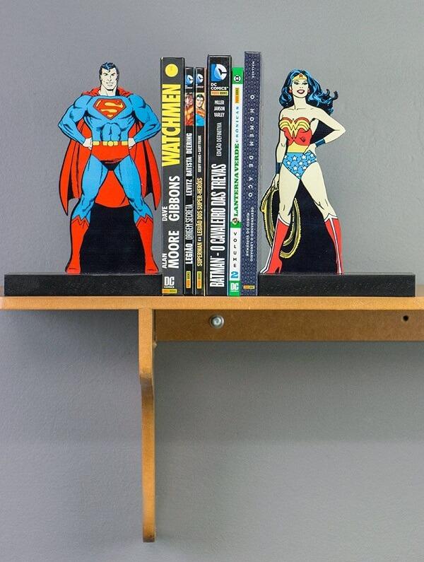 Aparador de livros do super homem e mulher maravilha