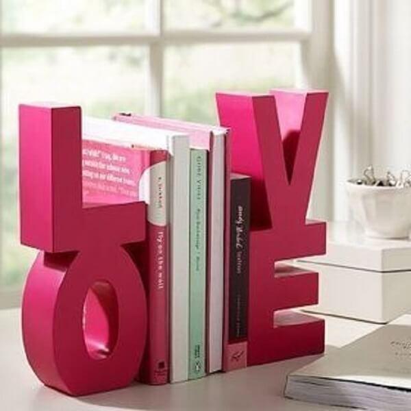 Aparador de livros feito com a palavra LOVE