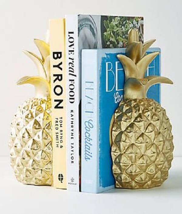 Aparador de livros feito com abacaxi dourado