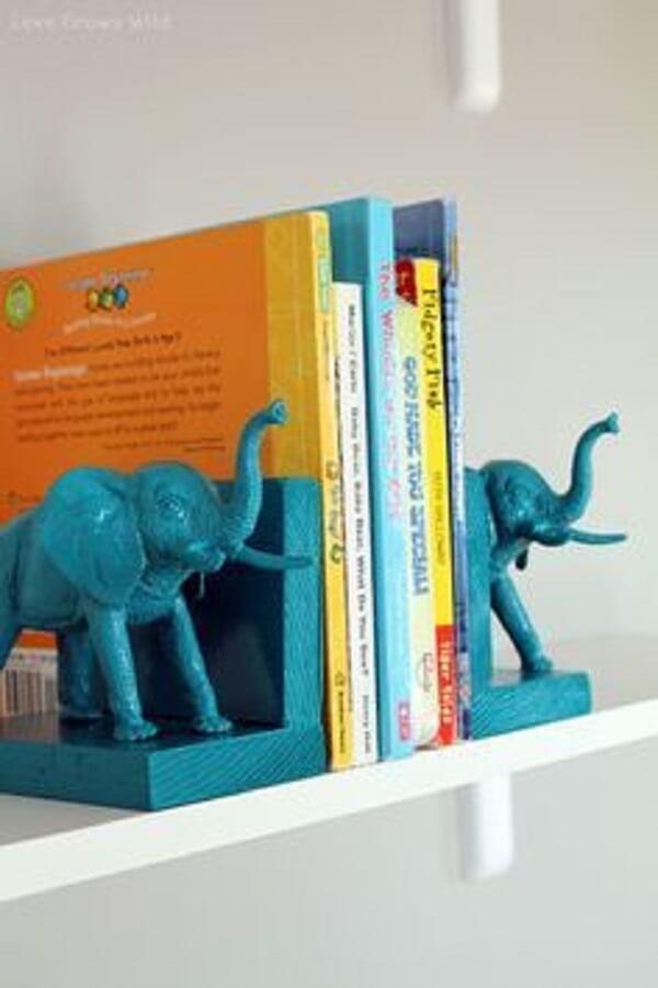 Aparador de livros feito com desenho de elefantes