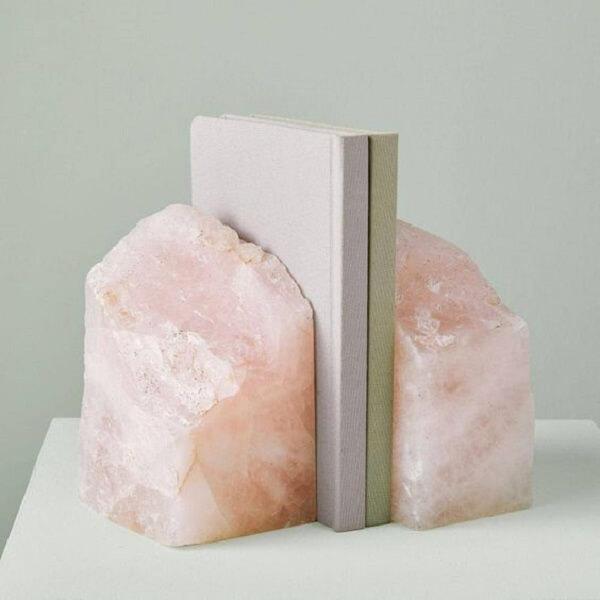 Aparador de livros feito com quartzo rosa