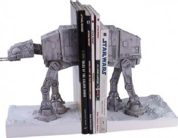 Aparador de livros geek com personagem do Star Wars