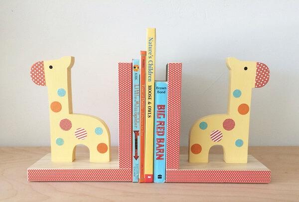 Aparador de livros infantil com desenho de girafa
