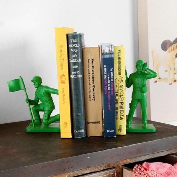 Aparador de livros infantil feito com os soldados do filme Toy Story
