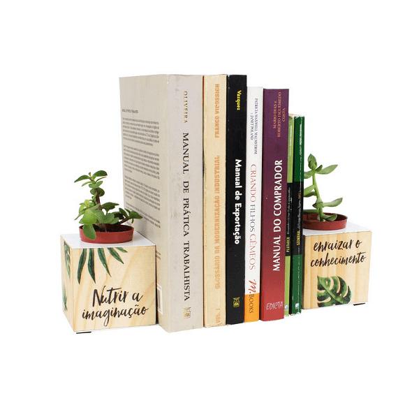 Aparador de livros para sala com vaso de plantinhas
