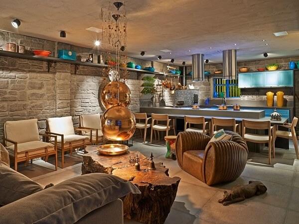 Aposte em tijolos aparentes e mobílias em madeira na área gourmet rústica