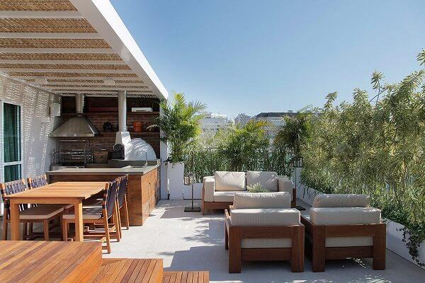 Aposte no pergolado de bambu e traga frescor para a área gourmet rústica