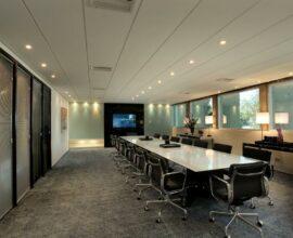 As cadeiras de escritório seguem um padrão na sala de reunião