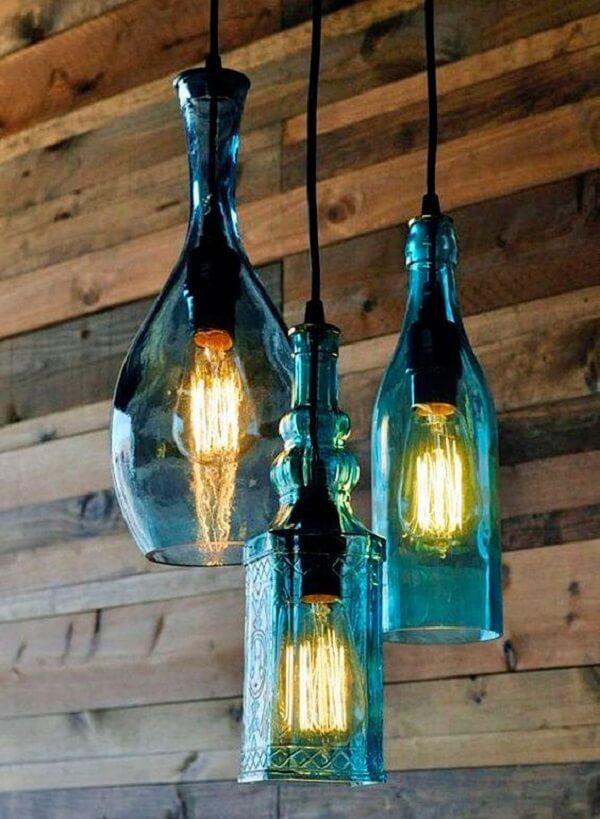 As garrafas se transformaram em luminária para área gourmet rústica