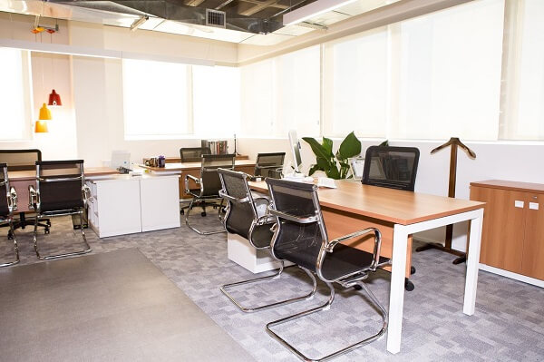 As mesas de escritório com acabamento em madeira são as mais procuradas no mercado