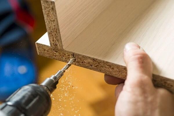 As parafusadeiras com fio auxiliam na montagem de diversos móveis em madeira