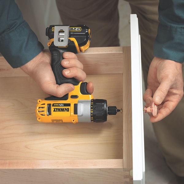 As parafusadeiras elétricas auxiliam na fixação dos puxadores do móvel