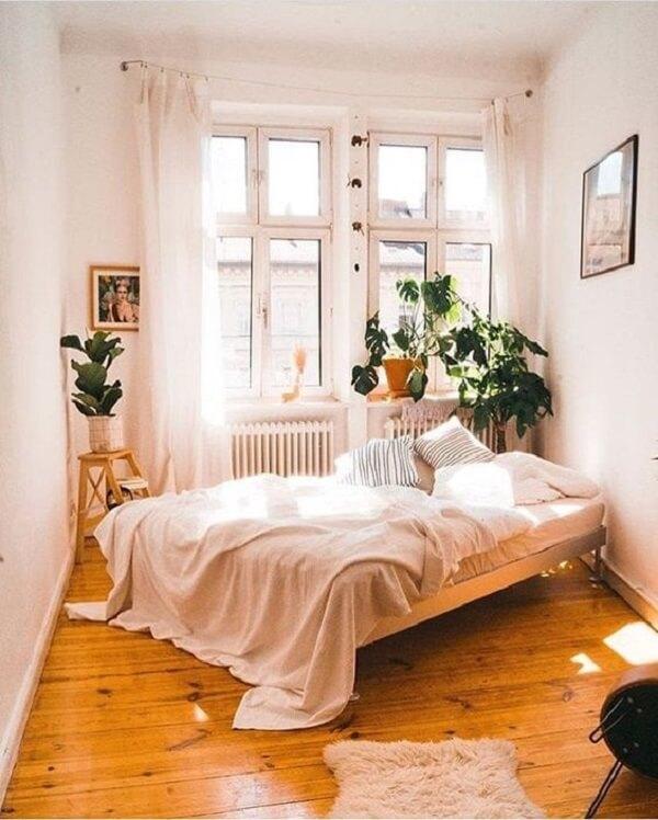 As plantas trazem frescor e aconchego para o quarto de casal pequeno