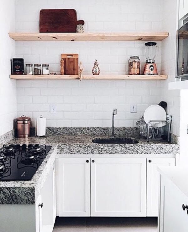 As prateleiras que auxiliam na organização da cozinha foram feitas com madeira pinus
