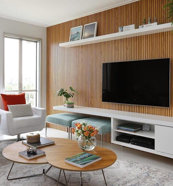 As ripas são tipos de madeiras para construção que podem compor o acabamento de diferentes móveis, como é o caso desse painel para TV