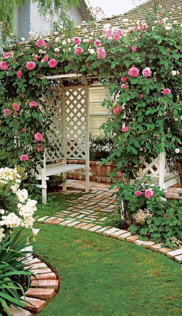 As rosas trepadeiras trazem um toque romântico o jardim