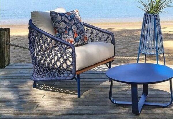 As tramas azuis da cadeira de corda náutica se conecta com a mesa de centro